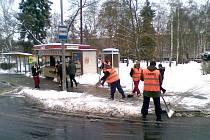 OBČANÉ VYKONÁVAJÍCÍ veřejnou službu v Chebu odklízejí sníh například ze zastávek městské hromadné dopravy.