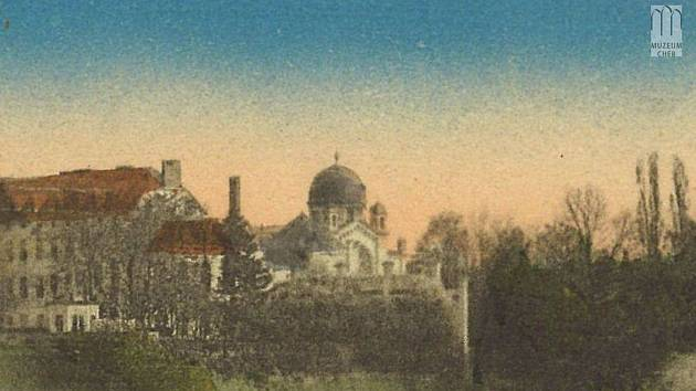 Tak vypadala chebská synagoga. Dnes jí připomíná pamětní deska na budově integrované školy.