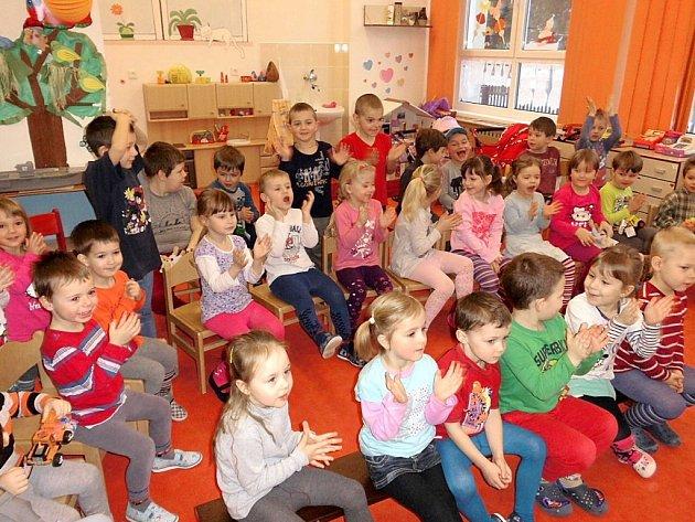 Děti si odnesly krásné dárečky, které jim vyčaroval kouzelný pytel