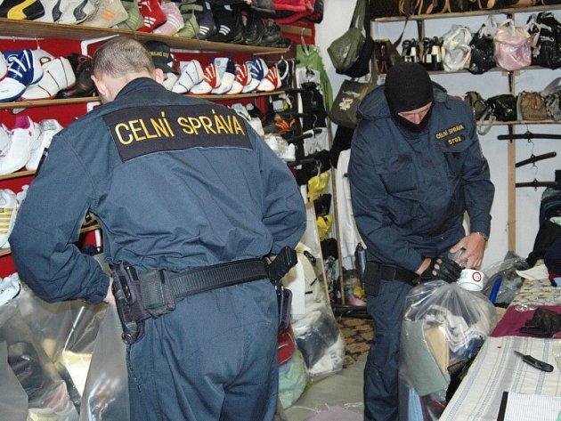 Chebští celníci odhalili důmyslnou skrýš ilegálního zboží