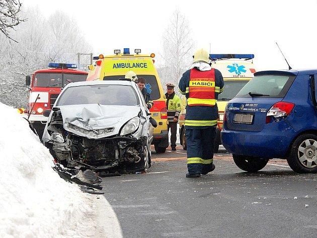 U Hazlova na Chebsku se srazila dvě osobní auta. Vozovka byla jako jeden led. Řidiče musela záchranná služba odvést do nemocnice.