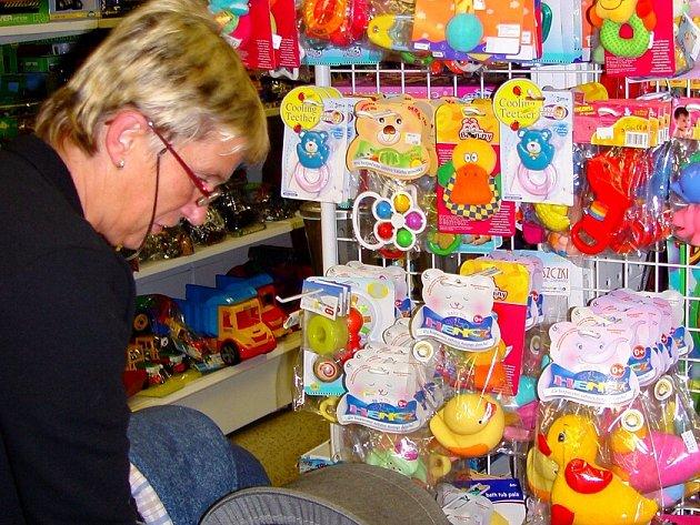 Prodavačka Helena Matějková kontroluje, zda se mezi zbožím nevyskytují nebezpečné hračky