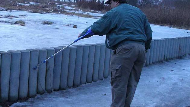 René Wölfel z Hranic ukazuje, kam až dosahoval ledový krunýř