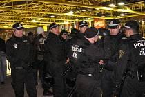 VELKÉ POLICEJNÍ MANÉVRY?  Právě kvůli vulgárním a agresivním fanouškům to v posledním období na zápasech hokejové extraligy často vypadá jako na policejních manévrech. Snímek je z utkání v play–off Litvínov– Karlovy Vary.