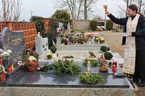 O BOHOSLUŽBU U HROBU zesnulého na hřbitově ve Františkových Lázních požádalo o víkendu hned několik pozůstalých, kteří sem přišli uctít jejich památku. Duchovní správce chrámu svaté Olgy ve Františkových Lázních, otec Metoděj Kout, vyslyšel jejich prosby