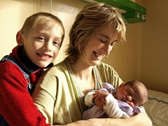 FILIP FRANKE se poprvé rozkřičel v sobotu 7. března v jednu hodinu po půlnoci. Při narození vážil 3100 gramů a měřil 48 centimetrů. Doma v Hazlově je již vše připravené na návrat maminky Evy a malého Filípka. Nejvíce se těší šestiletý Reneček a tatínek