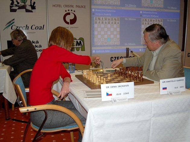 Šokující porážku si hned z první šachové partie s mladou českou šachistkou Janou Jackovou odnesla šachová legenda Anatolij Karpov.