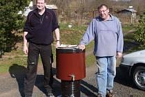 Před čtyřmi lety lidé táboru pomohli doplnit ukradené vybavení. Na snímku Tomáš Richter (vlevo) a Medvěd.