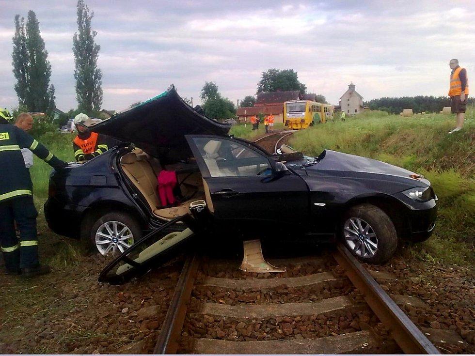 Osobní vlak narazil u Nového Kostela do osobního auta.