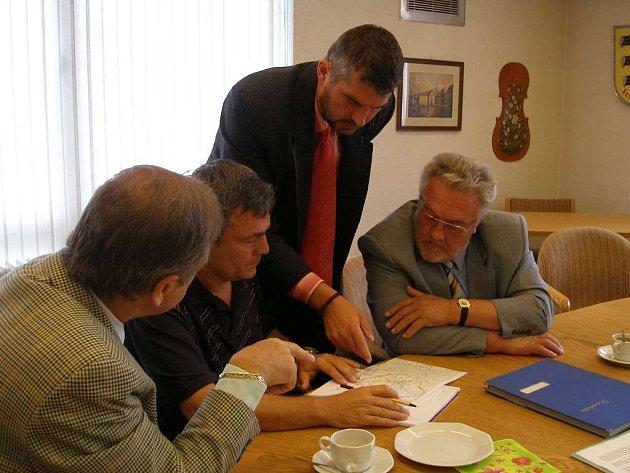 Dieter Thoma (vlevo) a Lubomír Švec (stojící) plánují přeshraniční cyklostezku
