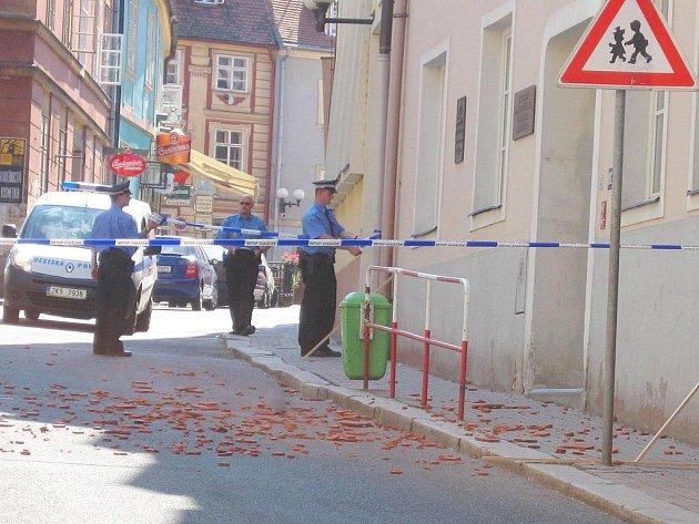 TĚSNĚ po pádu tašek ze střechy ´lidovky´ uzavřeli strážníci celou ulici. Později dorazili policisté se zábranami. Do zahájení festivalu Fijo by měla být ulice průjezdná.