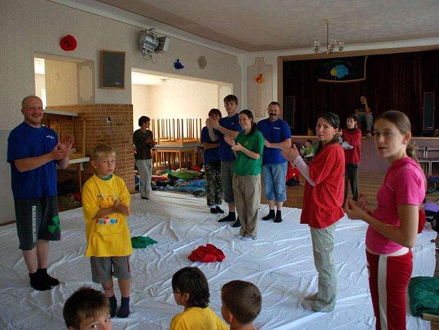 Před deštěm se mnichovské děti schovaly do kulturního domu. Tam si zahrály například Člověče nezlob se