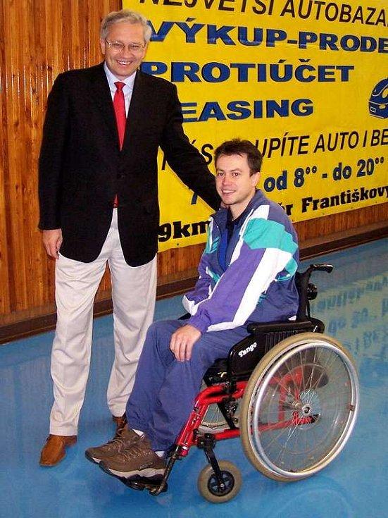 Vozíčkář Tomáš Harant a hejtman Karlovarského kraje Josef Pavel