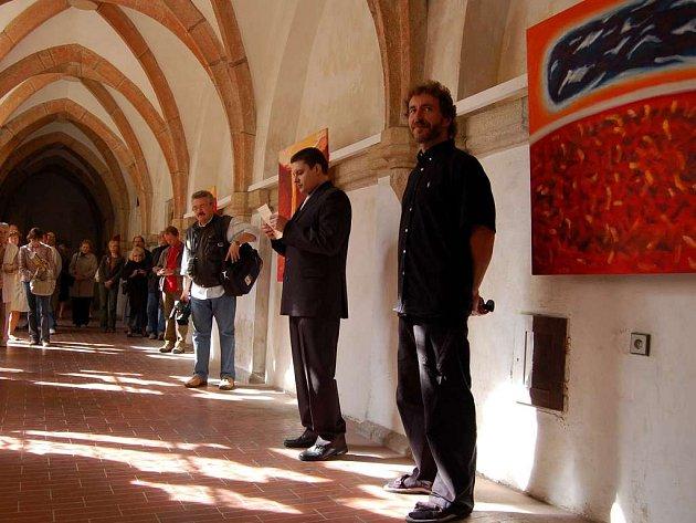 Jiří Černý na vernisáži výstavy svých obrazů v Křížové chodbě chebského františkánského kláštera