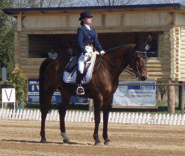 Z českých jezdců byla ve vyšších soutěžích nejúspěšnější ve středním stupni Karolína Šimáčková s koněm Caruso