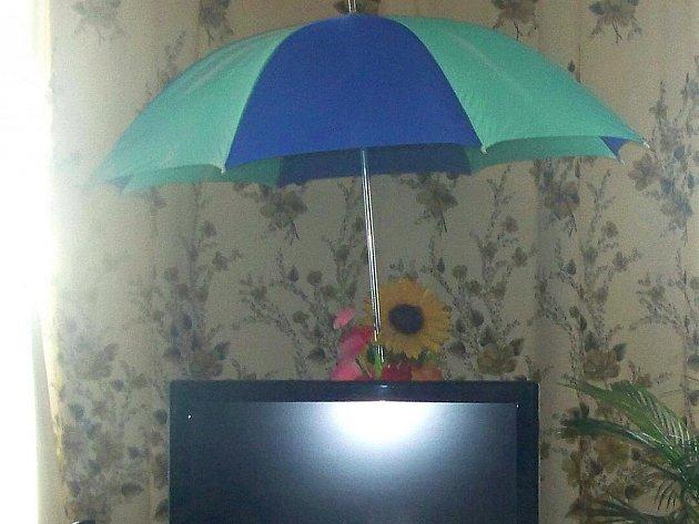 NÁJEMKYNĚ BYTU v budově mariánskolázeňského nádraží se fotografovat nechtěla. Deštník nad televizí, který se stal nezbytnou součástí vybavení bytu, ale hovoří za vše.