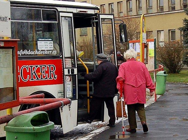 NEPŘIPLATÍ SI! Ačkoliv  na Chebany čeká mnoho novinek, jízdné zůstává stejné. Ale například v Karlových Varech si za cestu městem připlatí zejména  lidé starší sedmdesáti let.