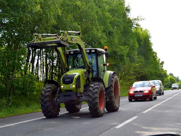 MENŠÍ KOLONY SE tvořily také na Chebsku, kde na protest proti zrušení zelené nafty vyjeli zemědělci         s třemi desítkami strojů.