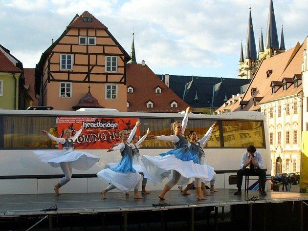 Ukázky světových tanců na chebském náměstí Krále Jiřího z Poděbrad