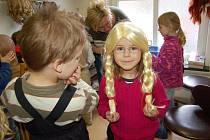 Dětským všetečným rukám neunikly kostýmy ani rekvizity. Nejzajímavější ale byly paruky.