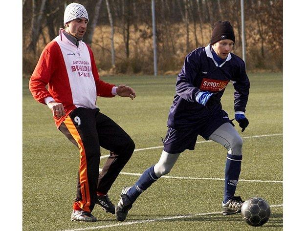 DO KÁDRU FC Cheb se po odmlce vrátil Tomáš Nový (vlevo), v ašském dresu se překvapivě objevil  Jan Beneš, dlouholetý hráč Jiskry Hazlov. Zkušený stoper by měl v Aši zatím odehrát soutěžní jaro.