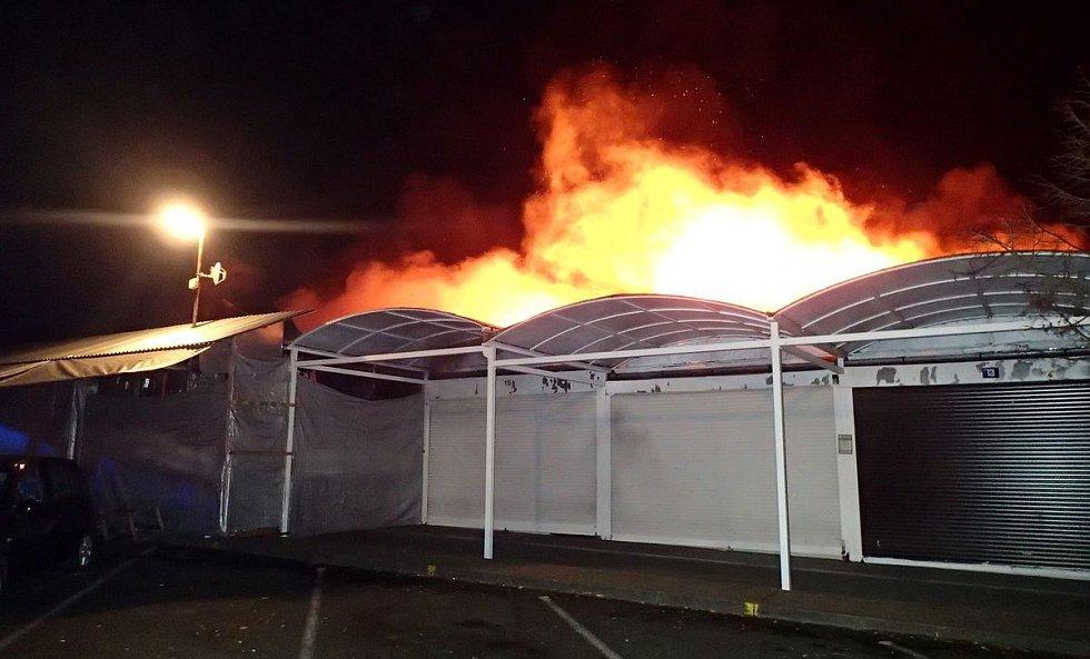 Požár zničil stánky na tržnici u Chebu.