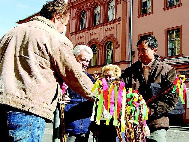 Ngo Nguyen žije v České republice dlouho. Přijal české zvyky a tradice a chce, aby o nich věděly dost i jeho děti. Velikonoce slaví rád. Proto si  koupil u Oldřicha Brabce z Chebu pomlázku.