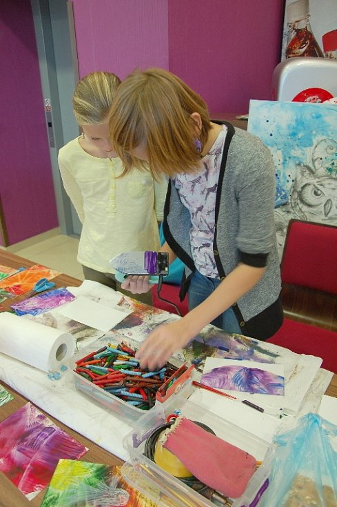 Celkem čtyřicet výtvarníků, řemeslníků a designérů se o víkendu sešlo v Kulturním centru Svoboda v Chebu.