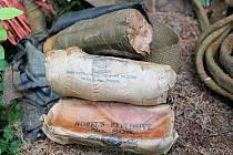 HLEDAČI POKLADŮ objevili i několik kousků válečné plastické trhaviny (na snímku).