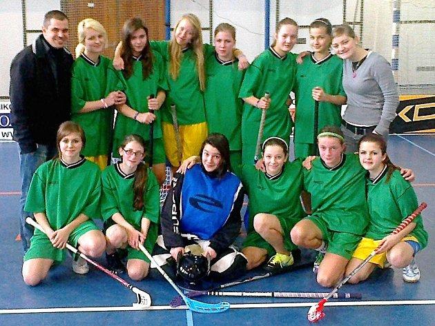NA DRUŽSTVO své školy jsou pyšní také vedoucí Marek Petruš a Mirka Suková (oba v horní řadě na krajích). Dívkám teď zbývá odehrát závěrečný turnaj.