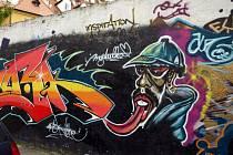 Jediné místo, kde je v Chebu tolerováno sprejerství, je zeď v Křižovnické ulici