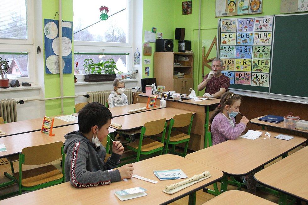 Do školních lavic zasedli i žáci ve Staré Vodě