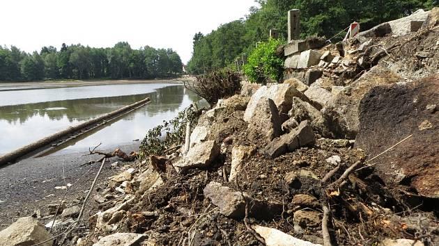 HRÁZ Mlýnského rybníka v Hranicích se začala rozpadat. Nyní se rybník vypouští, aby ji bylo možné opravit.