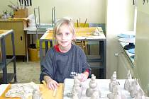 NA VÝROBKY z keramické hlíny jsou žandovští druháčci náležitě pyšní. Na snímku s vytvořenými figurkami Sabinka Setničková.