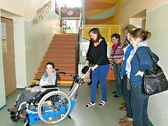 NOVÝ SCHODOLEZ, který dostala Základní škola Vítězství Mariánské Lázně, bude sloužit žákům, kteří jsou upoutáni na invalidní vozík. Díky tomu se dostanou také do jiných prostor budovy, než je přízemí.