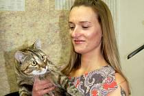V dalším díle anketní soutěže ´O nejkrásnějšího domácího mazlíčka´, která se i nadále odehrává na webu Chebského deníku, vyhrála kočka Mňouka, která získala 44 % hlasů (z celkových 2766).  Její chovatelka Elena Mottlová z Chebu (na snímku)  ráda pohovořil