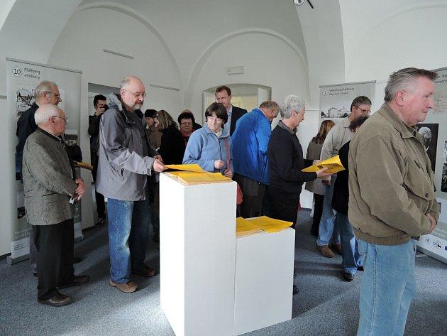 VERNISÁŽ výstavy u příležitosti 150. výročí trati Aš Oberkotzau si nenechaly ujít desítky návštěvníků.