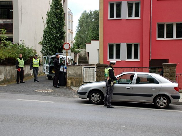 Společné měření rychlosti dopravní policie a strážníků v chebské ulici 17. listopadu