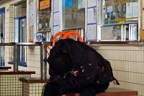 Na chebském nádraží nemají cestující k dispozici čekárnu ani lavičky. V hale je pouze jedna jediná