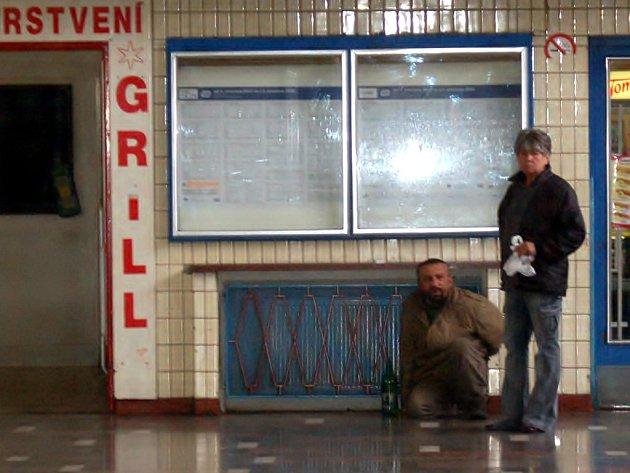 Řada lidí se chodí do haly chebského nádraží ohřát a případně zkonzumovat nějaký alkohol