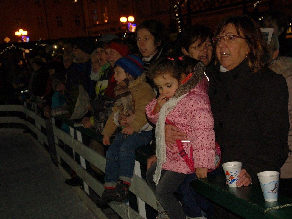Akce Česko zpívá koledy 2016 se uskutečnila na chebském náměstí Krále Jiřího z Poděbrad.