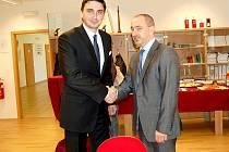 Ministr průmyslu a obchodu Martin Kuba zavítal do Chebu a pozdravil se i s chebským místostarostou Tomášem Lindou (vlevo).