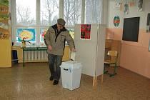 Volby bez problémů se uskutečnily také ve škole na chebském sídlišti Skalka. Tam podle volební komise dorazilo kolem padesáti procent voličů.