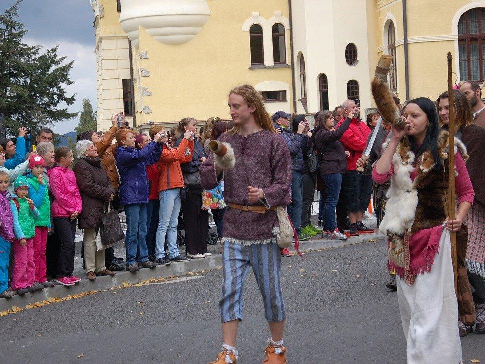 SVATÝ VÁCLAV, na jehož počest se v Mariánských Lázních konalo už osmé Svatováclavské setkání lidí dobré vůle, dorazil s celou svou družinou