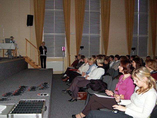 ODBORNÁ ZDRAVOTNICKÁ VEŘEJNOST přijela v hojném počtu na přednášku Hany Nedělkové o kinestetice.