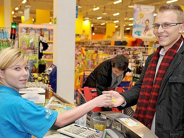 ZÁKAZNÍCI v Albertu svým nákupem přispívali do sbírky S Bertíkem za dětským úsměvem.