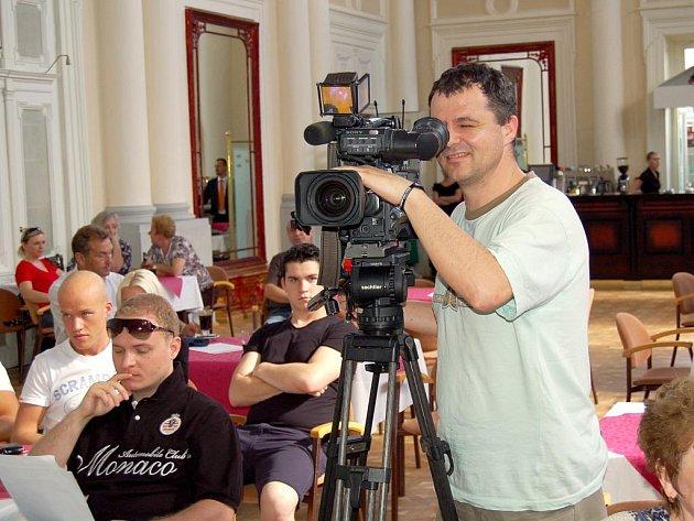 Volení představitelé občanů schválili možnost pořizování obrazových záznamů všem,  pokud to nebude narušovat chod zastupitelstva. Naopak v sále bylo 8 kamer –  včetně jedné z veřejnoprávní televize.