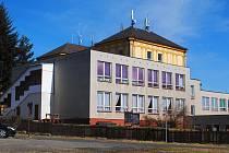 BUDOVA ZÁKLADNÍ ŠKOLY v Hazlově potřebuje rekonstrukci jako sůl. Pak tu možná vzniknou i vhodné prostory pro sportovní centrum mládeže.
