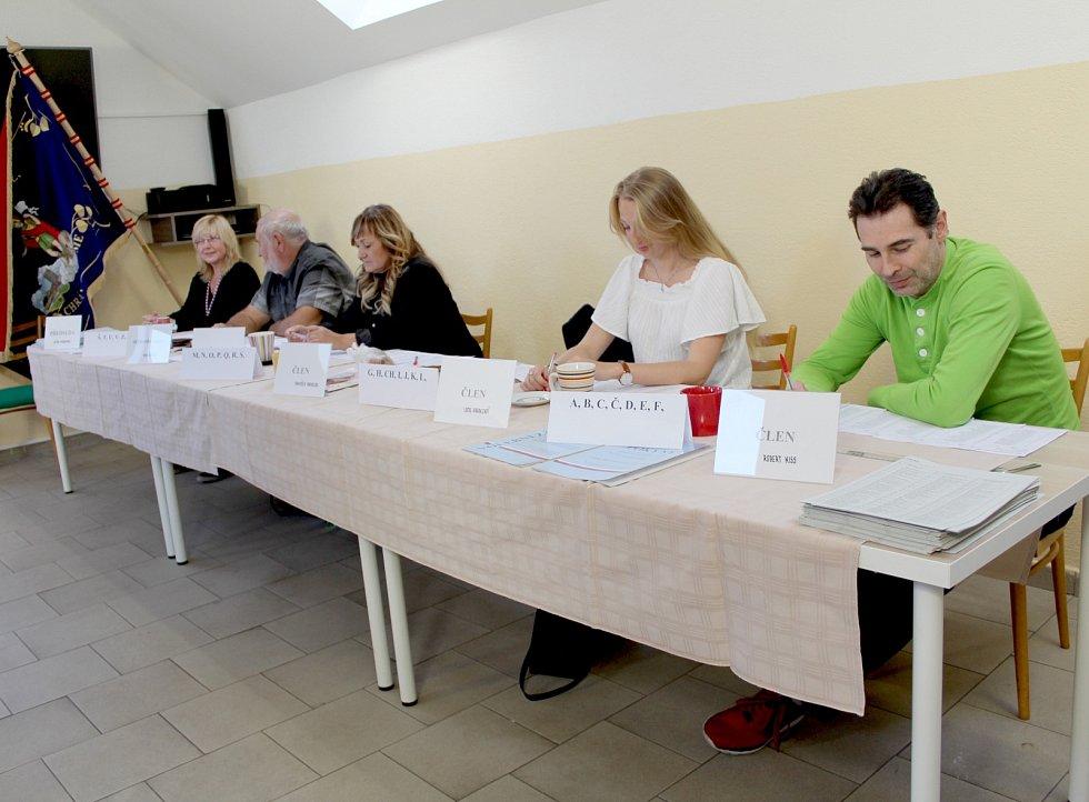 Volební místnost v chebské městské čtvrti Háje.