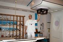 SOUČASNÝ LINEÁRNÍ urychlovač v krajské nemocnici v Chebu  je podle primáře oddělení radioterapie a klinické onkologie Pavla Krištofa (na snímku) již třináct let starý.